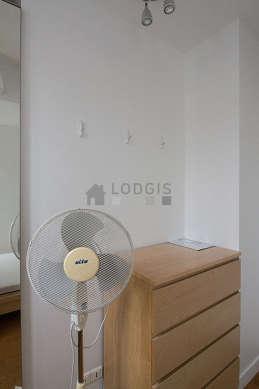 Chambre très lumineuse équipée de ventilateur