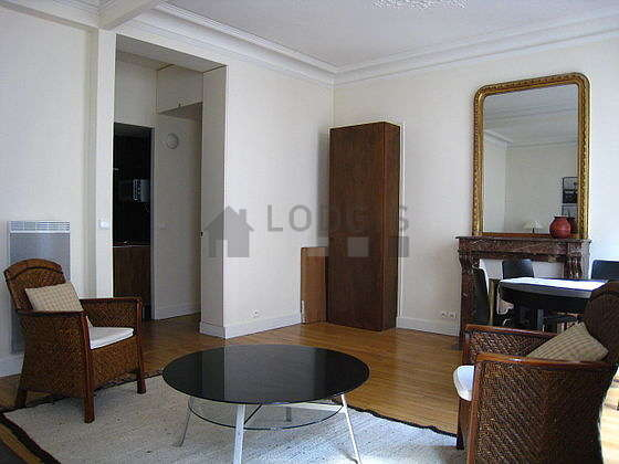 Very bright living room furnished with 5 chair(s)