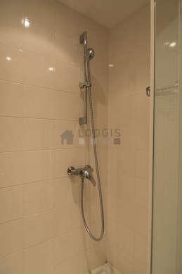 Salle de bain claire avec des tomettes au sol