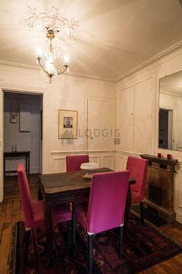 Salle à manger avec du parquet au sol pouvant accueillir jusqu'à 4 convives