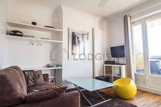 Séjour calme équipé de 1 canapé(s) lit(s) de 120cm, téléviseur, chaine hifi, penderie