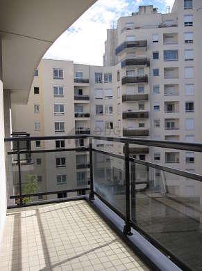 Terrasse exposée plein sud-est et vue sur cour