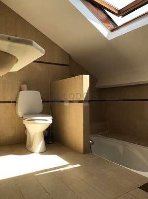 Belle salle de bain très claire avec fenêtres et du marbre au sol