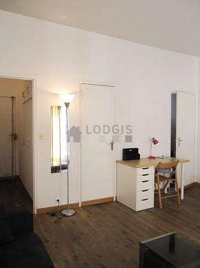 Salon lumineux équipé de placard, 6 chaise(s)