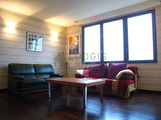 Séjour très calme équipé de 1 canapé(s) lit(s) de 140cm, télé, penderie, placard