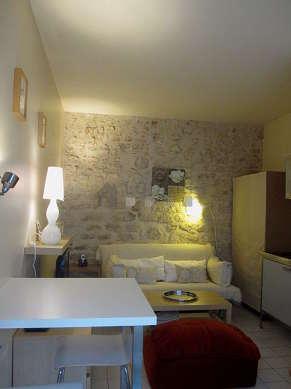 Séjour très calme équipé de 1 canapé(s) lit(s) de 160cm, télé, 1 fauteuil(s), 2 chaise(s)