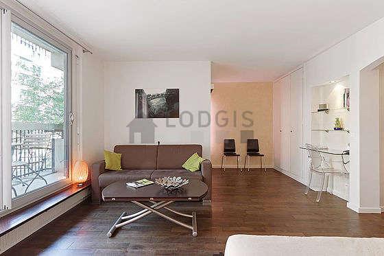 Salon lumineux équipé de placard, 5 chaise(s)