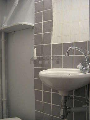 Salle de bain avec des tomettes au sol