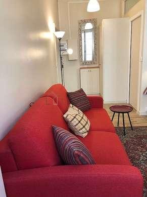 Salon lumineux équipé de penderie, placard, 3 chaise(s)