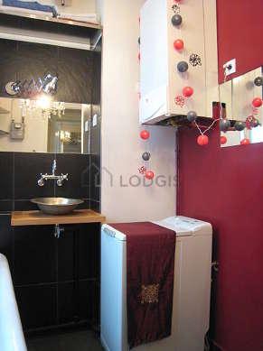 Belle salle de bain claire avec fenêtres double vitrage et du béton au sol