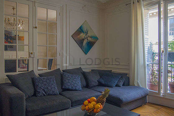 Living room furnished with tv, dvd player, 1 chair(s)