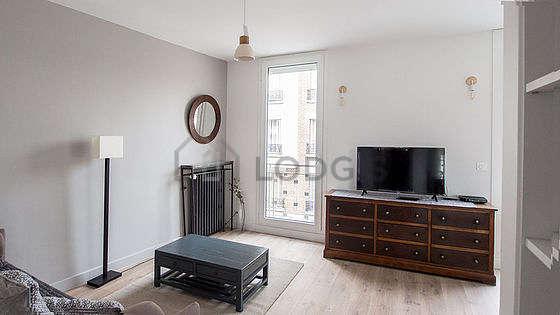 Séjour équipé de 1 canapé(s) lit(s) de 140cm, téléviseur, lecteur de dvd, 5 chaise(s)