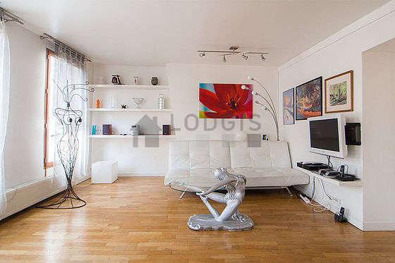 Séjour calme équipé de 1 canapé(s) lit(s) de 140cm, téléviseur, chaine hifi, 6 chaise(s)