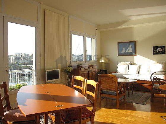 Séjour avec fenêtres double vitrage