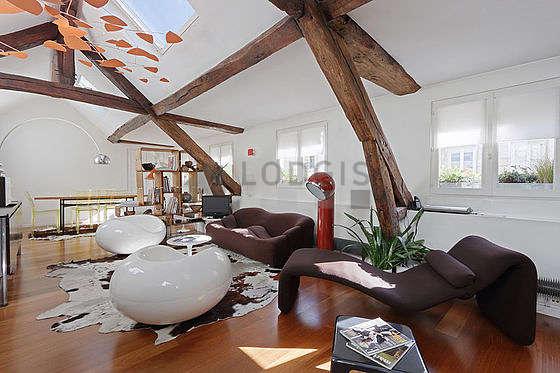 Séjour très calme équipé de téléviseur, chaine hifi, 2 fauteuil(s), 6 chaise(s)