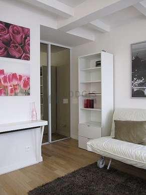 Séjour très calme équipé de 1 canapé(s) lit(s) de 160cm, télé, lecteur de dvd, 1 fauteuil(s)