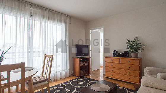 Séjour équipé de 1 canapé(s) lit(s) de 140cm, téléviseur, chaine hifi, 1 fauteuil(s)