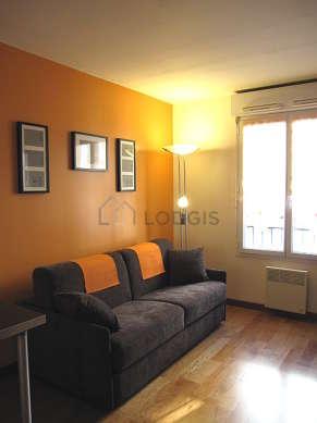 Séjour calme équipé de 1 canapé(s) lit(s) de 140cm, téléviseur, penderie, 2 chaise(s)