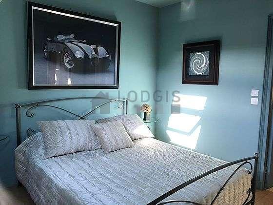 Chambre lumineuse équipée de téléviseur, table de chevet