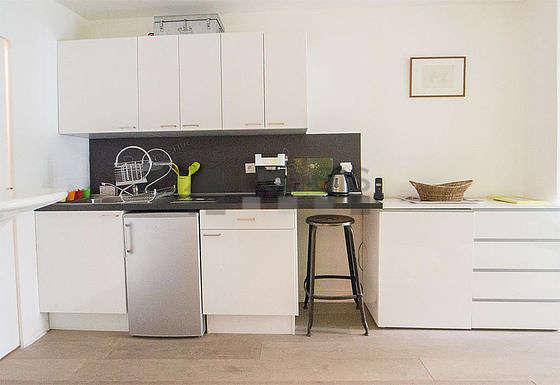 Cuisine dînatoire pour 2 personne(s) équipée de plaques de cuisson, réfrigerateur, freezer, vaisselle