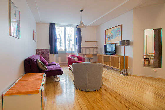 Large living room of 30m² with wooden floor