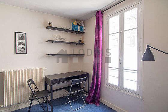 Séjour très calme équipé de 1 canapé(s) lit(s) de 120cm, bureau, penderie, placard