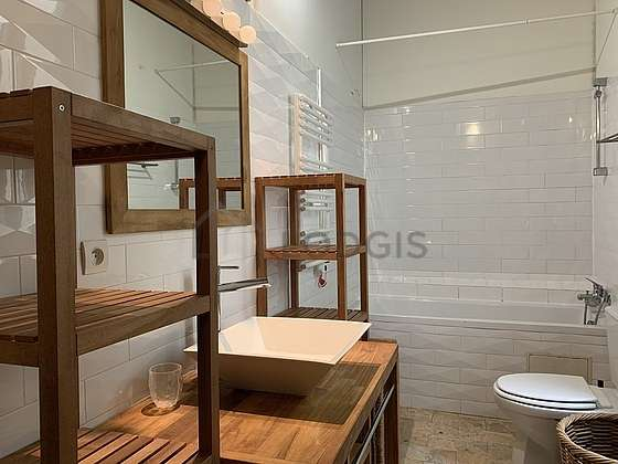Salle de bain équipée de baignoire, douche dans baignoire
