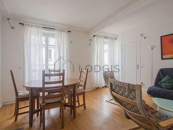 Séjour très calme équipé de 1 canapé(s) lit(s) de 140cm, télé, placard, 4 chaise(s)