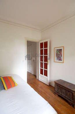 Chambre lumineuse équipée de chaine hifi, 1 fauteuil(s), table de chevet