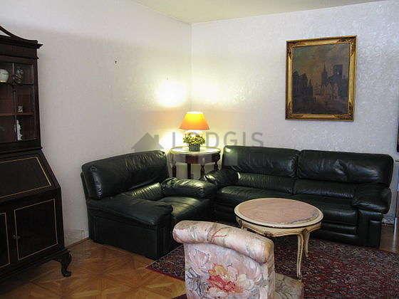Séjour calme équipé de téléviseur, 2 fauteuil(s), 4 chaise(s)