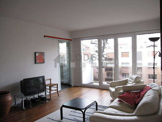 Large living room of 33m² with wooden floor