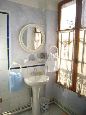 Beautiful and very bright bathroom with windows and with tile floor