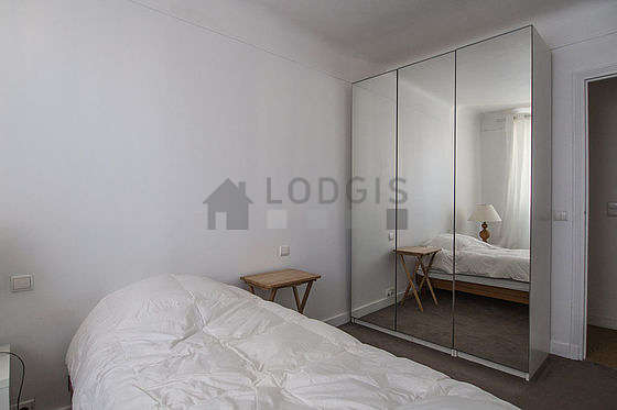 Chambre avec fenêtres donnant sur jardin