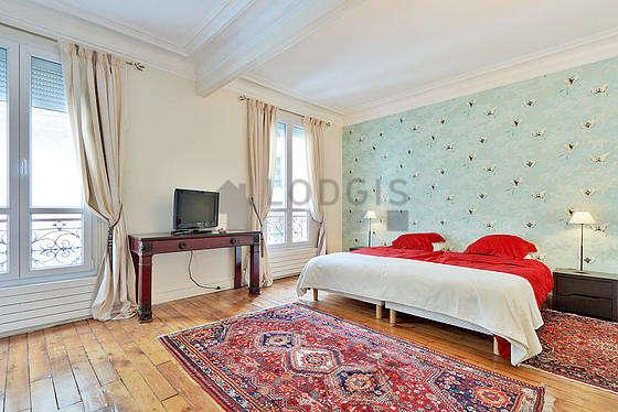 Grande chambre de 25m² avec du parquet au sol
