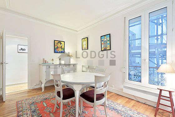 Superbe salle à manger avec du parquet au sol pouvant accueillir jusqu'à 5 convives