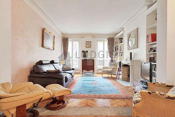 Grand salon de 45m² avec du parquet au sol