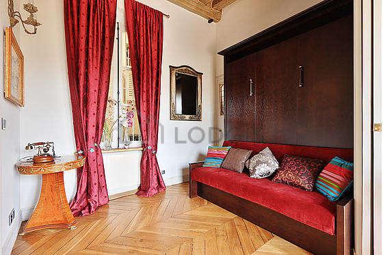 Chambre équipée de ventilateur, canapé, 1 chaise(s)