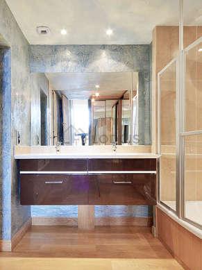 Agréable salle de bain avec fenêtres et du carrelage au sol