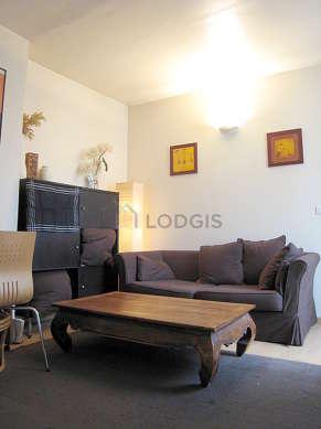 Séjour calme équipé de 1 canapé(s) lit(s) de 140cm, home cinéma, télé, 1 chaise(s)