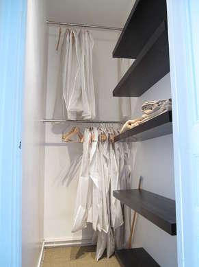Dressing muni de : penderie, etagère