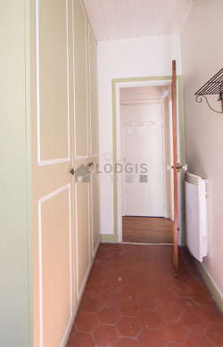 Bureau avec des tomettes au sol, équipé de penderie, etagère