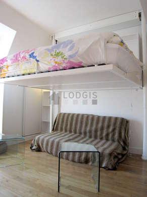Salon très lumineux équipé de chaine hifi, penderie, placard, 4 chaise(s)
