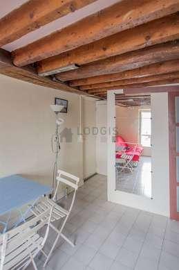 Salon avec du carrelage au sol