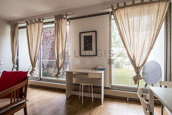 Séjour avec fenêtres et balcon donnant sur jardin
