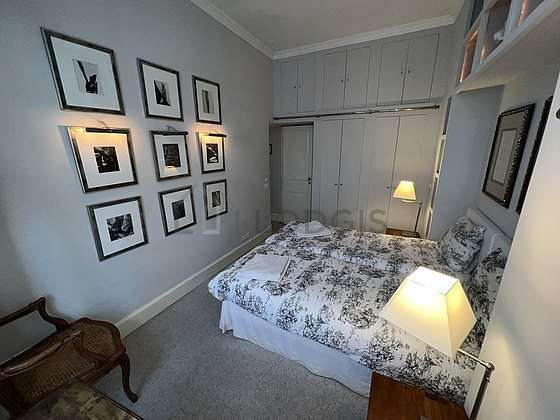 Chambre lumineuse équipée de bureau, penderie, placard, table de chevet