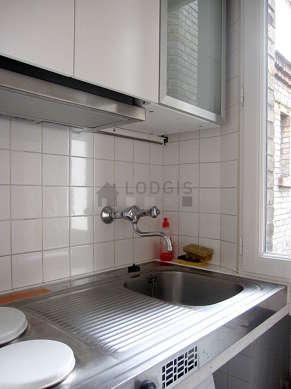 Cuisine équipée de plaques de cuisson, réfrigerateur, freezer