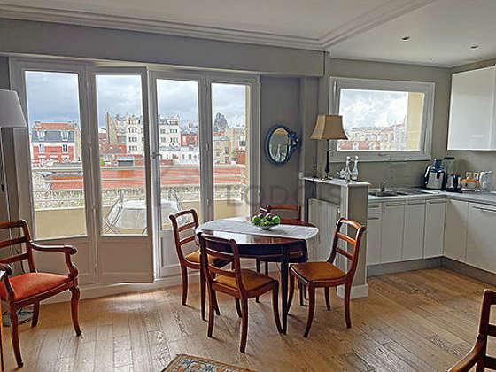 Séjour calme équipé de téléviseur, placard, 4 chaise(s)
