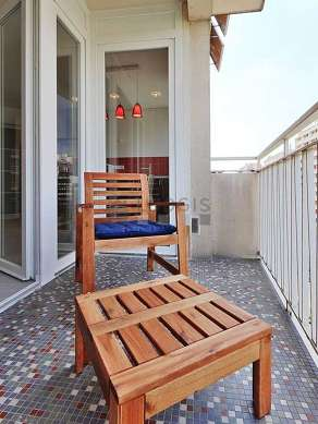Terrasse lumineuse avec du carrelage au sol