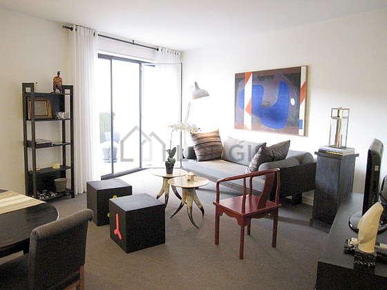 Séjour équipé de téléviseur, chaine hifi, 1 fauteuil(s), 4 chaise(s)