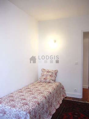 Quiet bedroom for 1 persons equipped with 1 bed(s) of 90cm